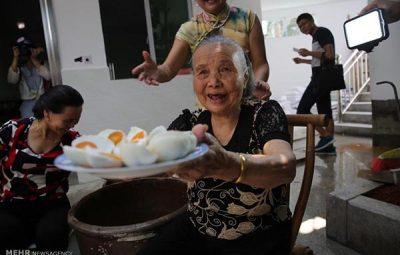فروش آنلاین تخم اردک توسط یک پیرزن