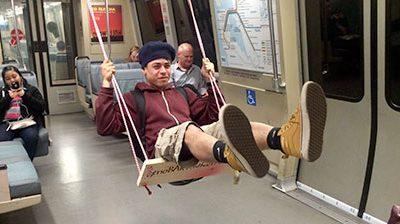 در مترو تاب بازی کنید