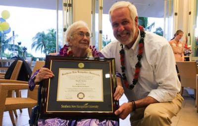 یک زن ۹۴ ساله با معدل عالی از دانشگاه فارغ التحصیل شد