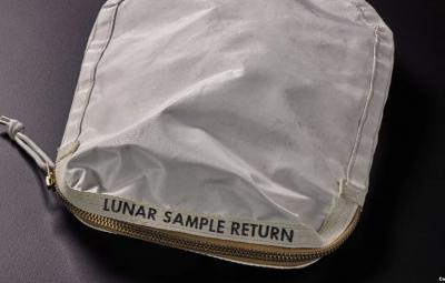 کیسه ی حاوی خاک ماه که آرمسترانگ به زمین آورده بود در یک حراجی به فروش رفت