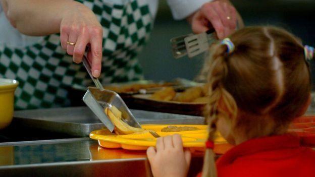 برای ترغیب کودکتان به خوردن مواد غذایی سالم و فعال بودن این است که خودتان هم همین کار را انجام دهید. کودکان از شما یاد میگیرند