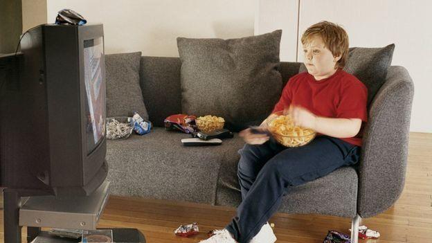 کارشناسان توصیه میکنند که کودکان نباید بیشتر از دو ساعت در روز تلویزیون تماشا کنند