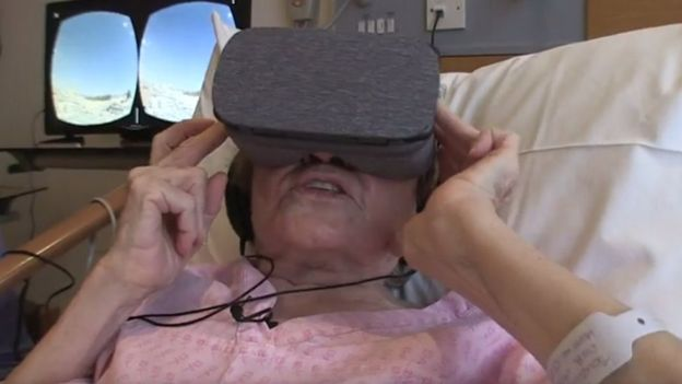 بیمار مبتلا به سرطان غیر قابل درمان عینک ویآر را به چشم میگذارد و خود را در تصویر پایین میبیند