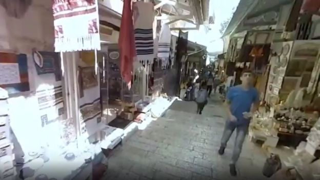 بیمار تصویر بالا خود را در بازاری در بیتالمقدس میبیند، شهری که در کودکی در آن زندگی میکرده است