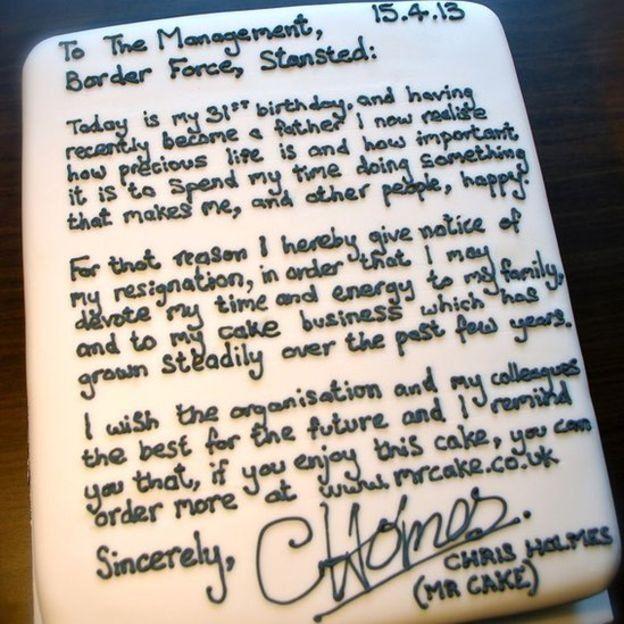کریس هلمز، مأمور سابق امنیت مرزی فرودگاه، نامه استعفایش را روی یک کیک نوشت و برای رئیس و همکارانش برد