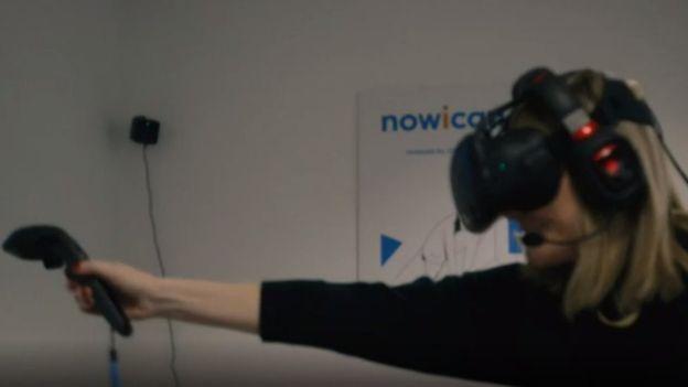 فردی که هراس از ارتفاع دارد عینک ویآر را به چشم میزند و کنترل دستی (جوی استیک) حرکات دست او را بازنمایی میکند. آنچه فرد در عینک میبیند را در تصویر زیر ببینید